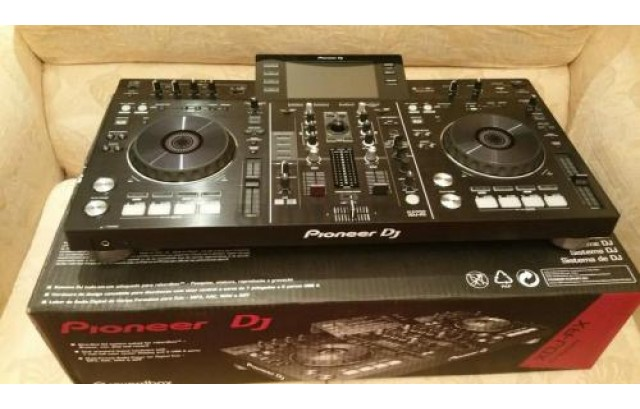 Pioneer DJ Limited Edition NXS2-W Flagship Professional DJ System with White CDJ-2000NXS2 Multi Players and DJM-900NXS2